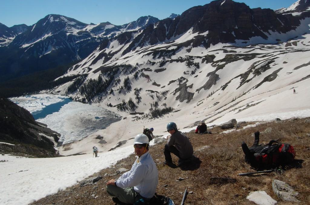 Вид на озеро Сноумасс с проталины перед выходом на снежное поле. Два Алексея