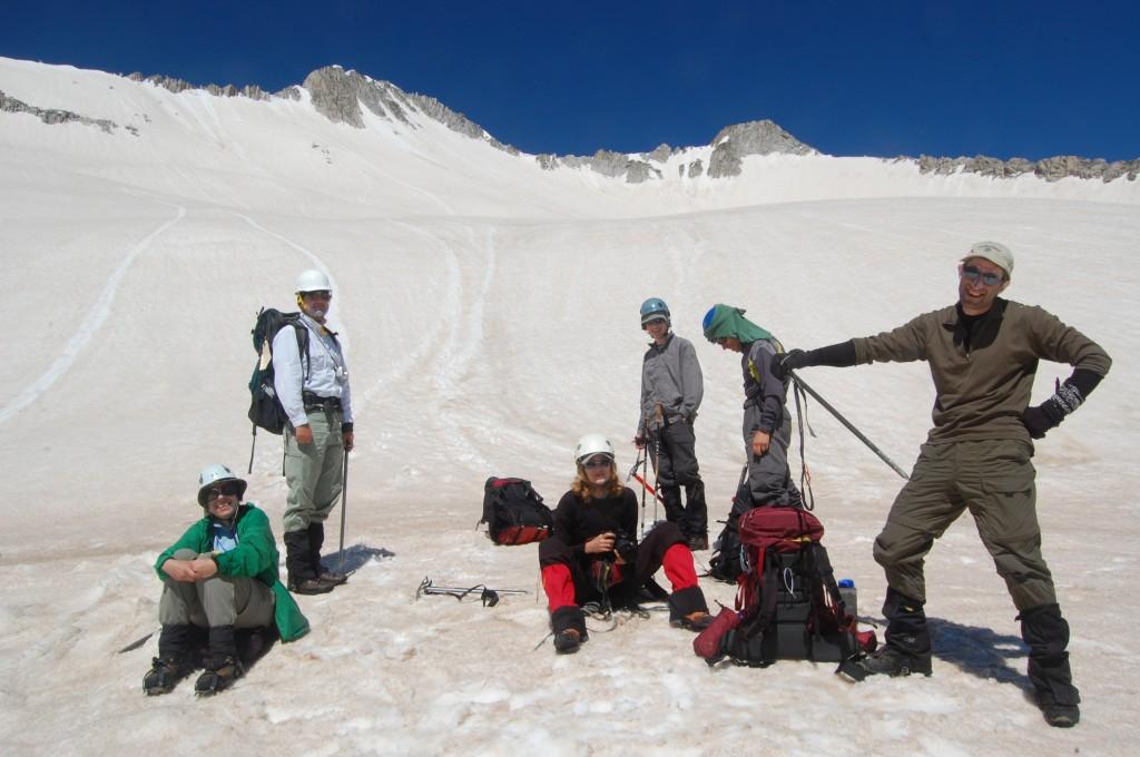 Верхняя часть снежного поля. Левая из двух вершин - Пик Сноумасс. Дина, Алексей, Таня, Алёша, Юлик, Женя