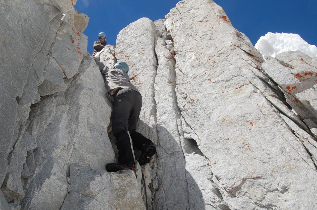 Алёша поднимается на скальный гребень