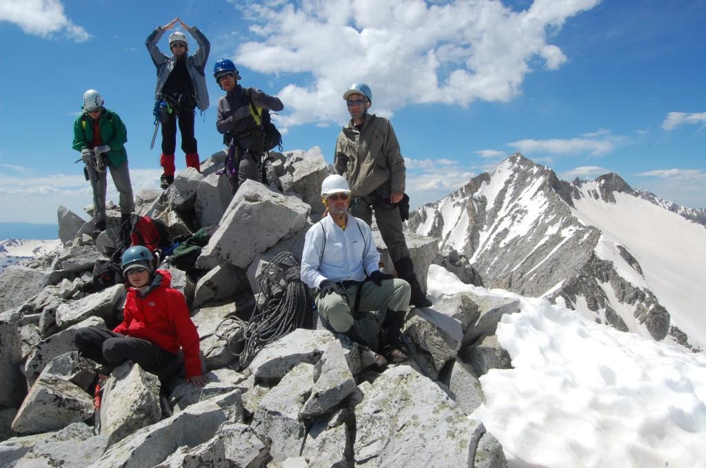 На пике Хейгерман. Сзади - массив пика Сноумасс, на котором мы побывали вчера. Сзади: Дина, Таня, Юлик, Женя; впереди: Алёша, Алексей.