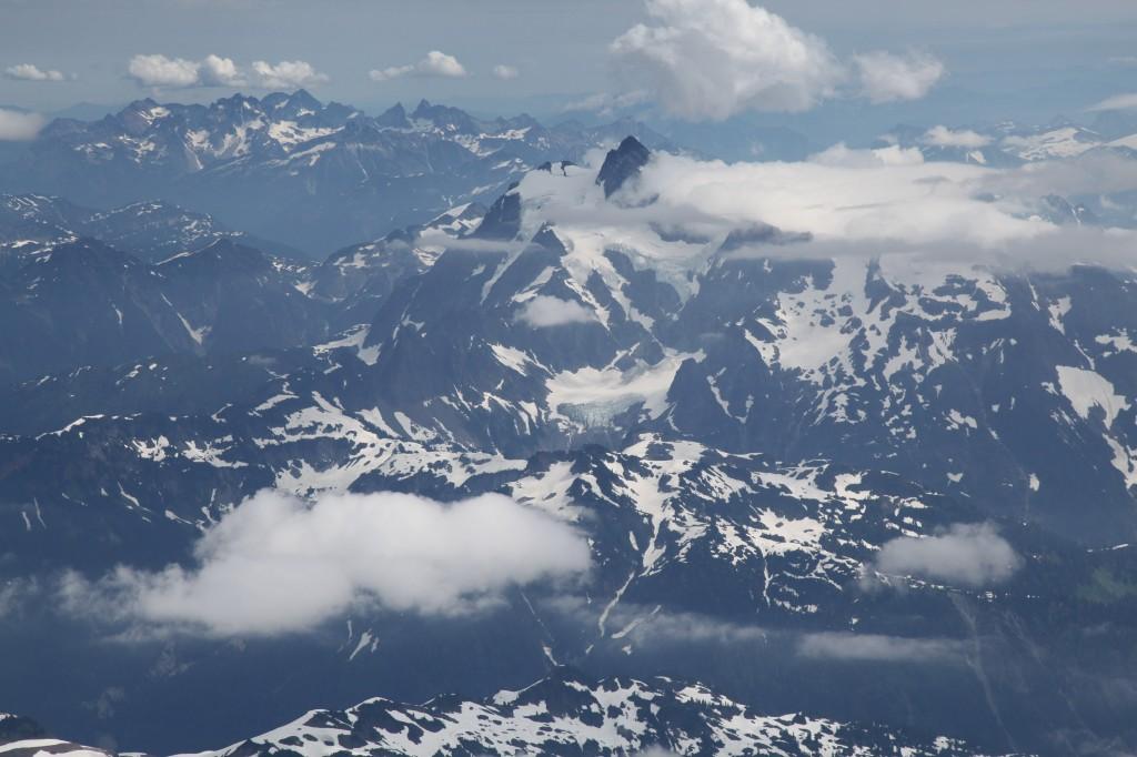 Вид с вершины Бейкера на нашу следующую гору - Шуксан. Фото: А. Пятигорец