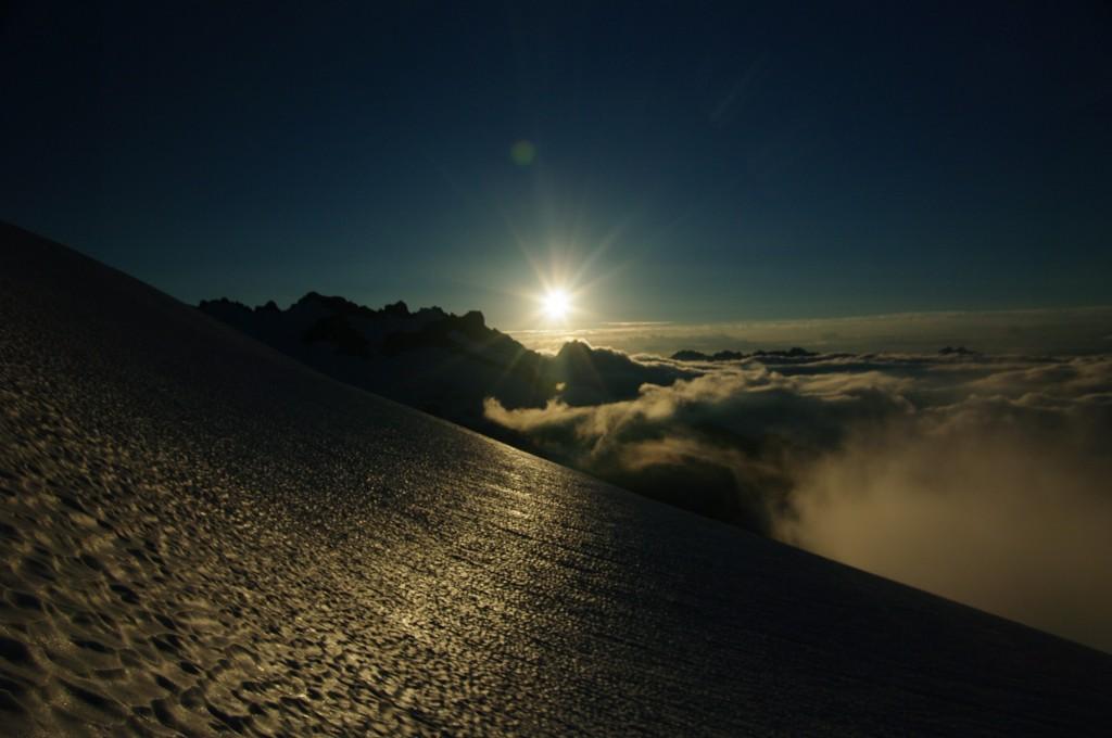 Восход солнца во время подъёма на Шуксан. Фото: А. Пятигорец