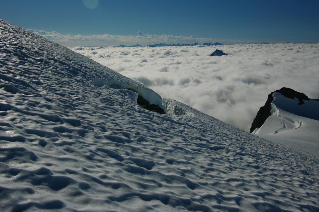Подход к пирамиде. Вокруг - облака. Фото: А. Пятигорец