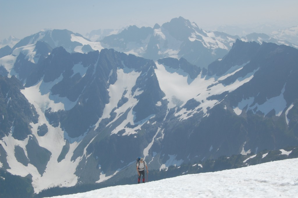 Андрей поднимается по леднику; вид на юг. Фото: А. Букреев