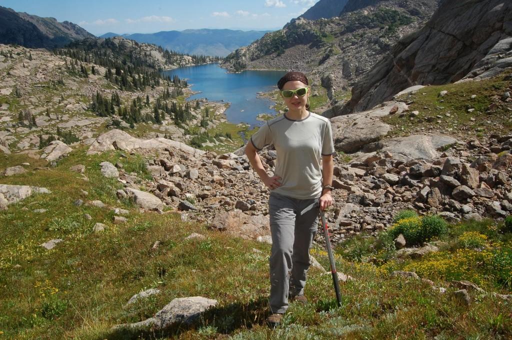 Даша над озером Баббл после спуска с боковой вершины под пиком D.