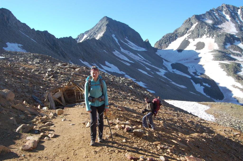 Даша и Женя Красницкий во время подъёма на перевал между пиком Вилсон и пиком Глэдстон (в середине). Сзади – вход в заброшенную шахту. Справа – гора Вилсон и ледник Навахо.