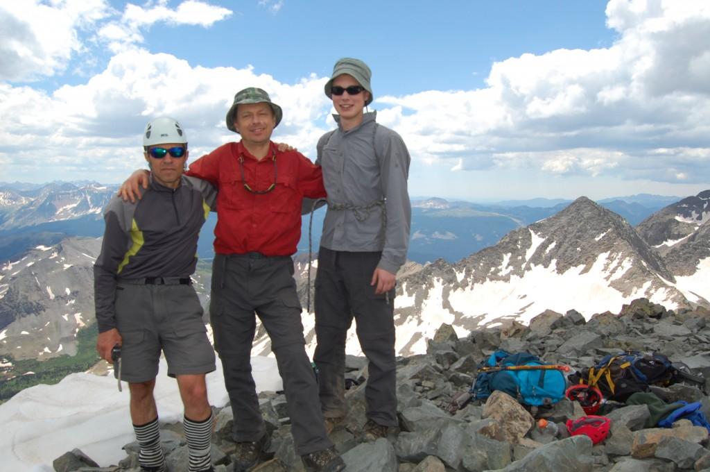 Юлик, Саша Б. и Алёша на вершине пика Вилсон.