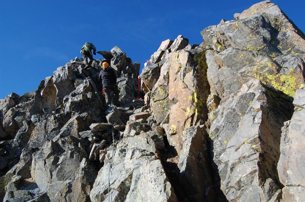 Женя Красницкий и Олег провешивают предвершинный гребень на горе Вилсон.