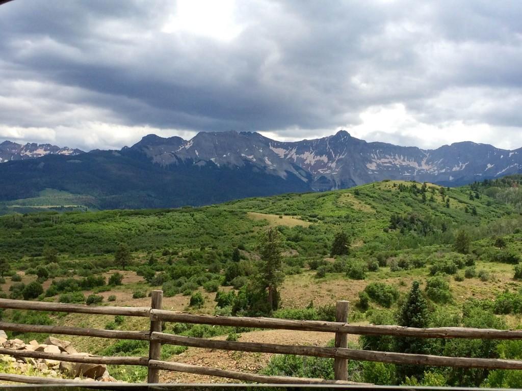 Вид с дороги 62 на северо-западную часть гор Сан Хуан, в которой находится гора Снеффелс