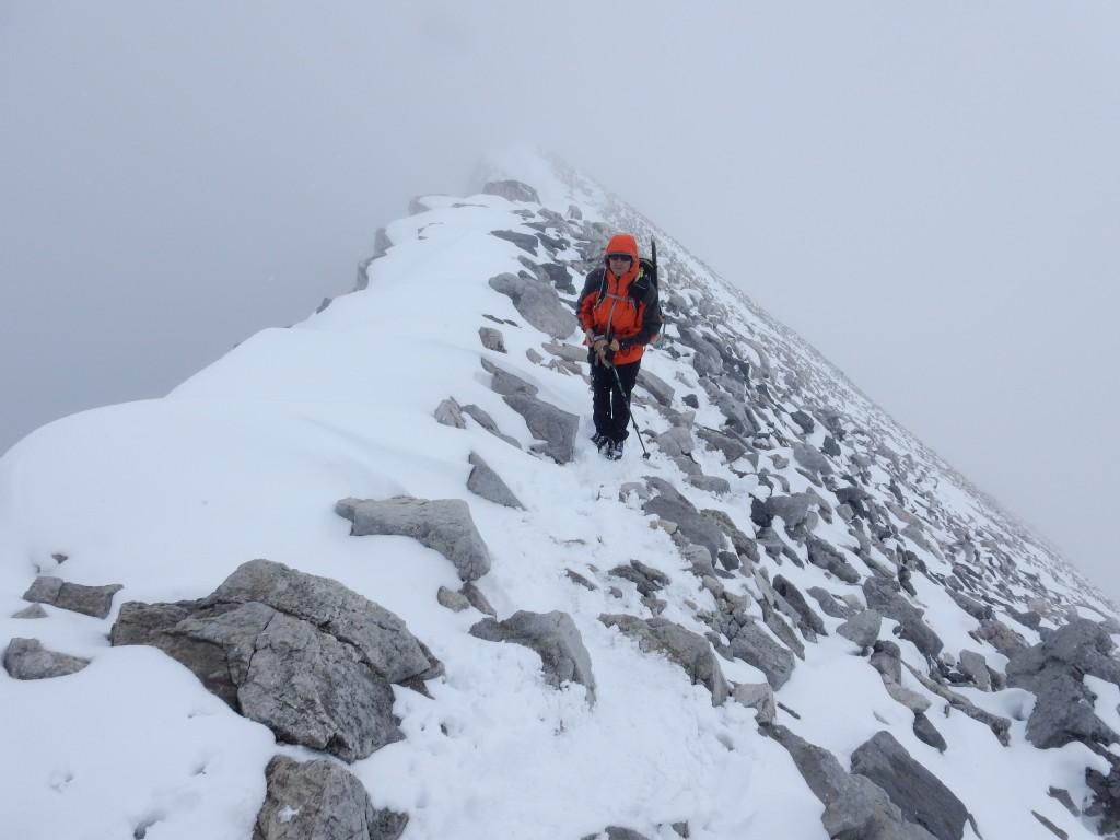 Юлик в начале спуска с вершины г. Тэмпл; вершинный гребень.
