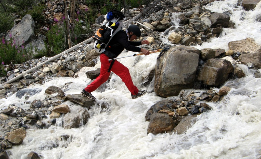 Игорь Старцев во время подъёма по левому притоку реки Токумм.