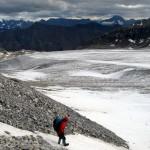 Букреев спускается от хижины Колгана на ледник.