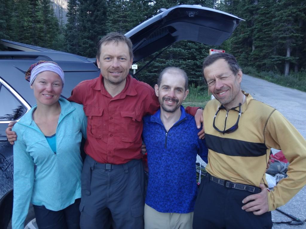 Даша, Букреев, Игорь Слепчин и Юлик у машины после спуска с гор.
