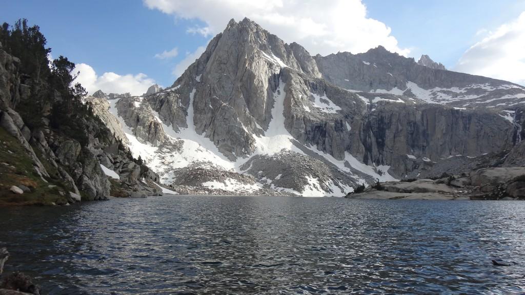 Вид на Пикчер Пик из Лагеря 1, расположннного на берегу озера Хэнгри Пакер (Hungry Packer Lake, Озеро Голодного Туриста). Фото: И.С.