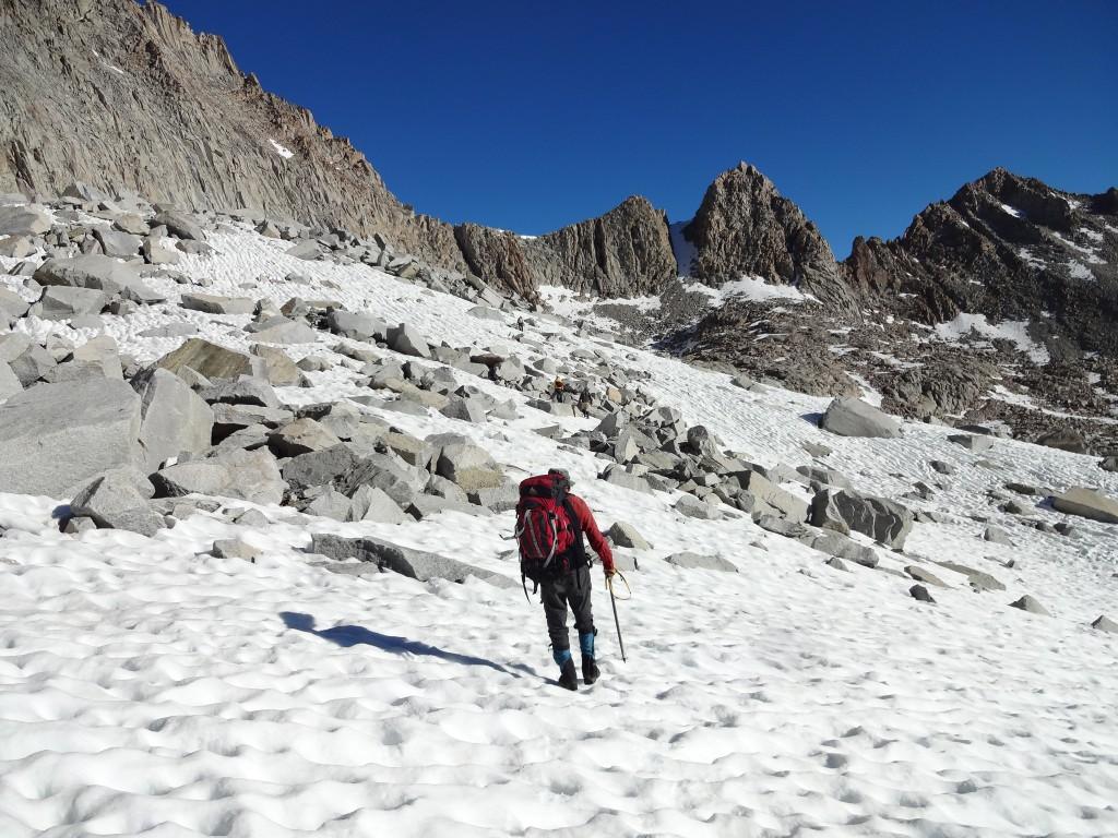 Букреев на подходе к перевалу между озером Блю Хавен и ледником Дарвина. Фото: Д.Г.