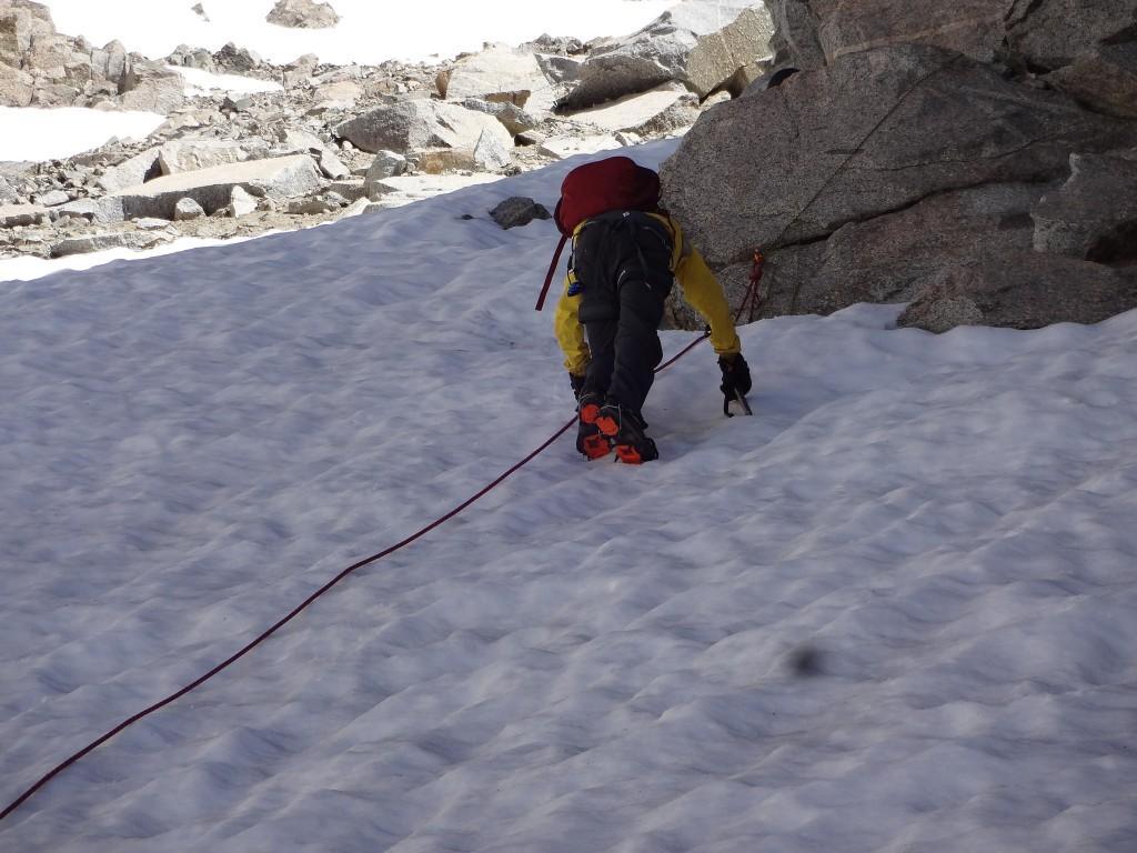 Савва поднимается на перевал между озером Блю Хавен и ледником Дарвина. Фото: Д.Г.