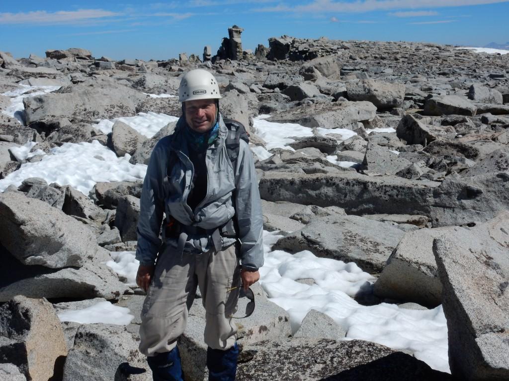 Дима на плоской вершине горы Дарвин. Сзади – груда камней представляющая самую высокую точку вершины. Фото: А.Б.